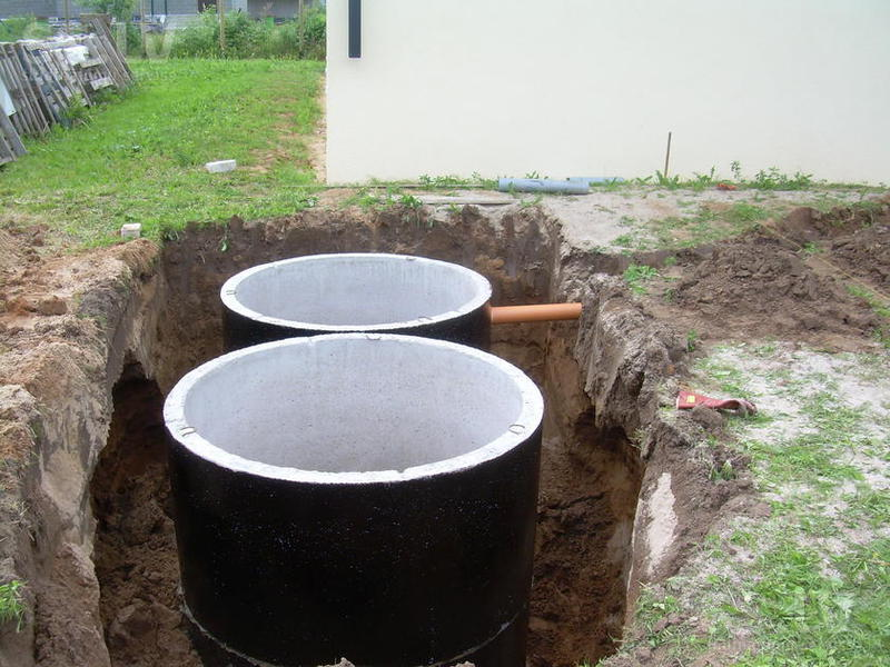 Установка бетонных колец в котлован