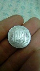 Украинская монета 5 копеек 1992 года,  5 рублей 1998 года с приспущеным