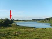 Кирпично-щитовой дом на берегу озера.